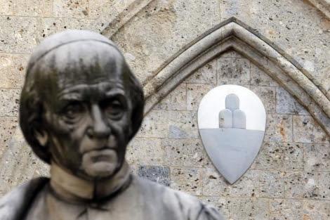 Escudo del Monte Dei Paschi en su sede toscana. | Reuters