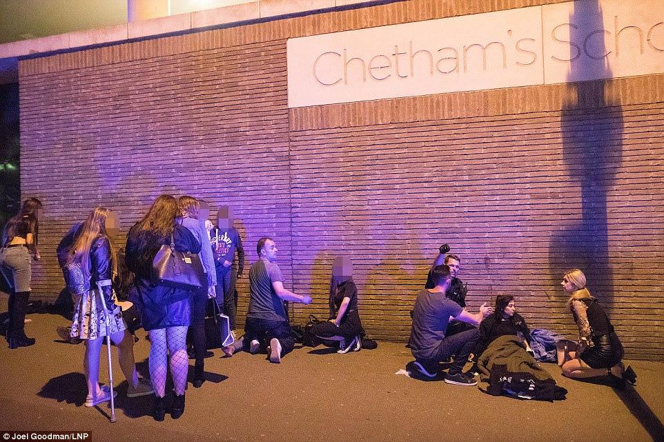 Concertos pop e boates foram um alvo de terrorismo antes.  Quase 90 pessoas foram mortas por pistoleiros na sala de concertos de Bataclan, em Paris, durante uma performance de Eagles of Death Metal em novembro de 2015. Na foto: os espectadores sentam-se junto a uma parede do lado de fora do local