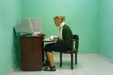 Una joven consulta internet. | larskflem | photopin
