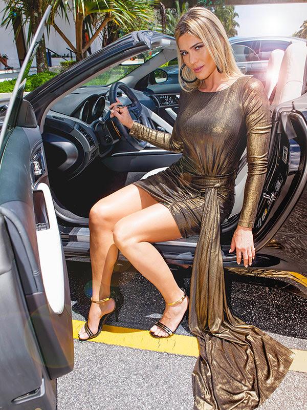 Lívia Andrade em seu carro conversível no SBT