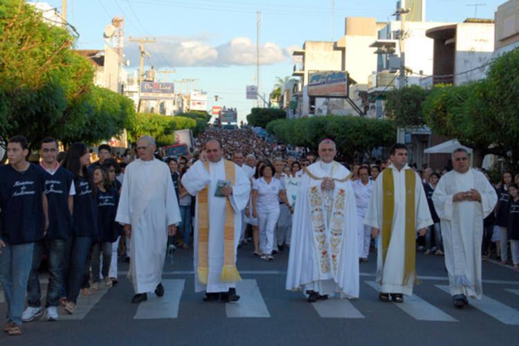 A procissão de abertura contou com a participação de centenas de devotos, ontem. A programação religiosa, que deve ser encerrada no   dia 31 de julho, inclui novenas e missas diárias