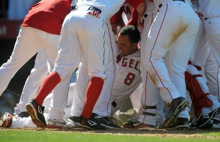 http://media.nj.com/realtimesports_impact/photo/kendry-morales-angels-injured-home-plate-5dae75ee714608c6_large.jpg