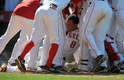 http://media.nj.com/realtimesports_impact/photo/kendry-morales-angels-injured-home-plate-5dae75ee714608c6_large.jpg