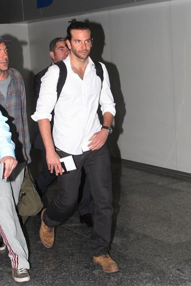 Bradley Cooper no aeroporto do Rio (Foto: Gabriel Rangel e Delson Silva/Ag News)