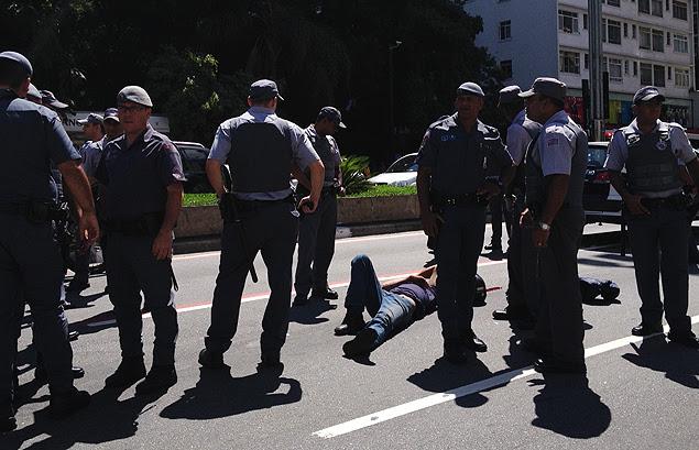 Suspeito baleado na Paulista é rodeado por policiais militares