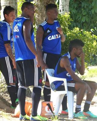 Leo Moura e jogadores no treino do Flamengo (Foto: Globoesporte.com)