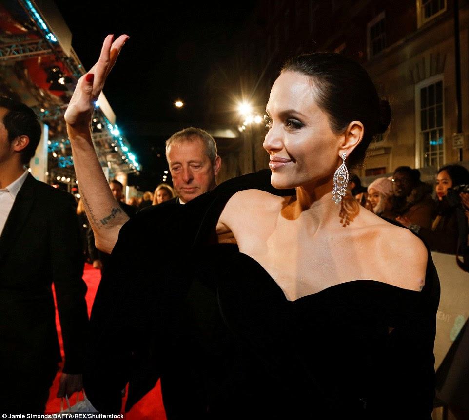 Jovial: a atriz de 42 anos sorriu e acenou para seus fãs adoradores enquanto ela fazia sua chegada ao evento do tapete vermelho glam