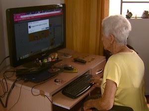 Aos 91 anos, Eny Capello mantém a mente ativa com a internet (Foto: Eder Ribeiro/EPTV)