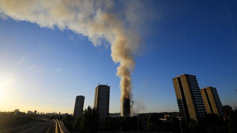 La fumée dans le ciel londonien était visible à plusieurs kilomètres.