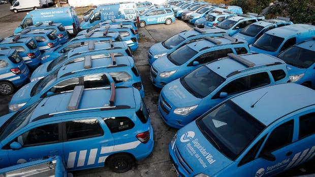 Decenas de autos de la Agencia, casi nuevos pero en mal estado por el abandono en una playa de la zona de la Boca