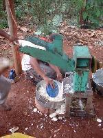 ralando mandioca com triturador