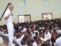 Suspensão da Igreja Universal na Angola pode ser tentativa de frear crescimento de neopentecostais, diz jornalista