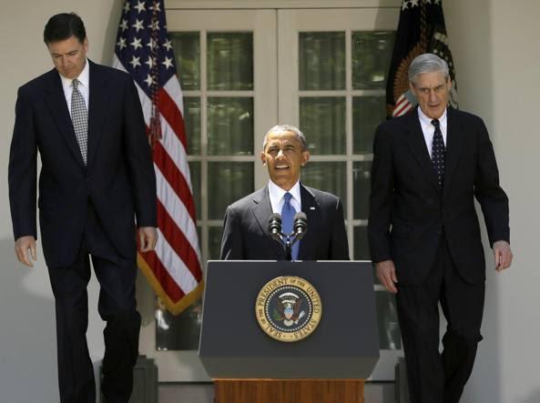 In una foto Ap del 2013, Barack Obama, all'epoca presidente degli Usa, presenta il cambio della guardia al vertice dell'Fbi: a sinistra, James Comey, il capo nominato da Obama e licenziato da Trump, e Robert Mueller, che rimase ai vertici del Bureau per 12 anni