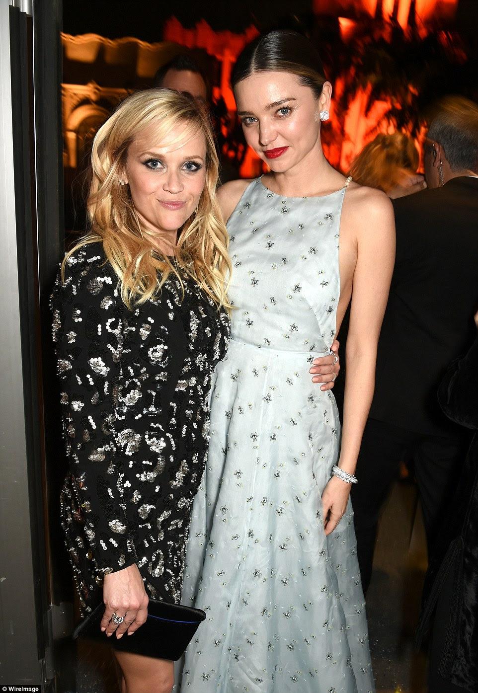 Aqui vêm as meninas: Reese agarrou Miranda Kerr para tomar um estalo impressionante