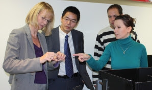 Prof. Dr. Cornelia Denz, Prof. Dr. Zhaohui Wang, Thomas Schemme (from left) und Katharina Ditte (in front)