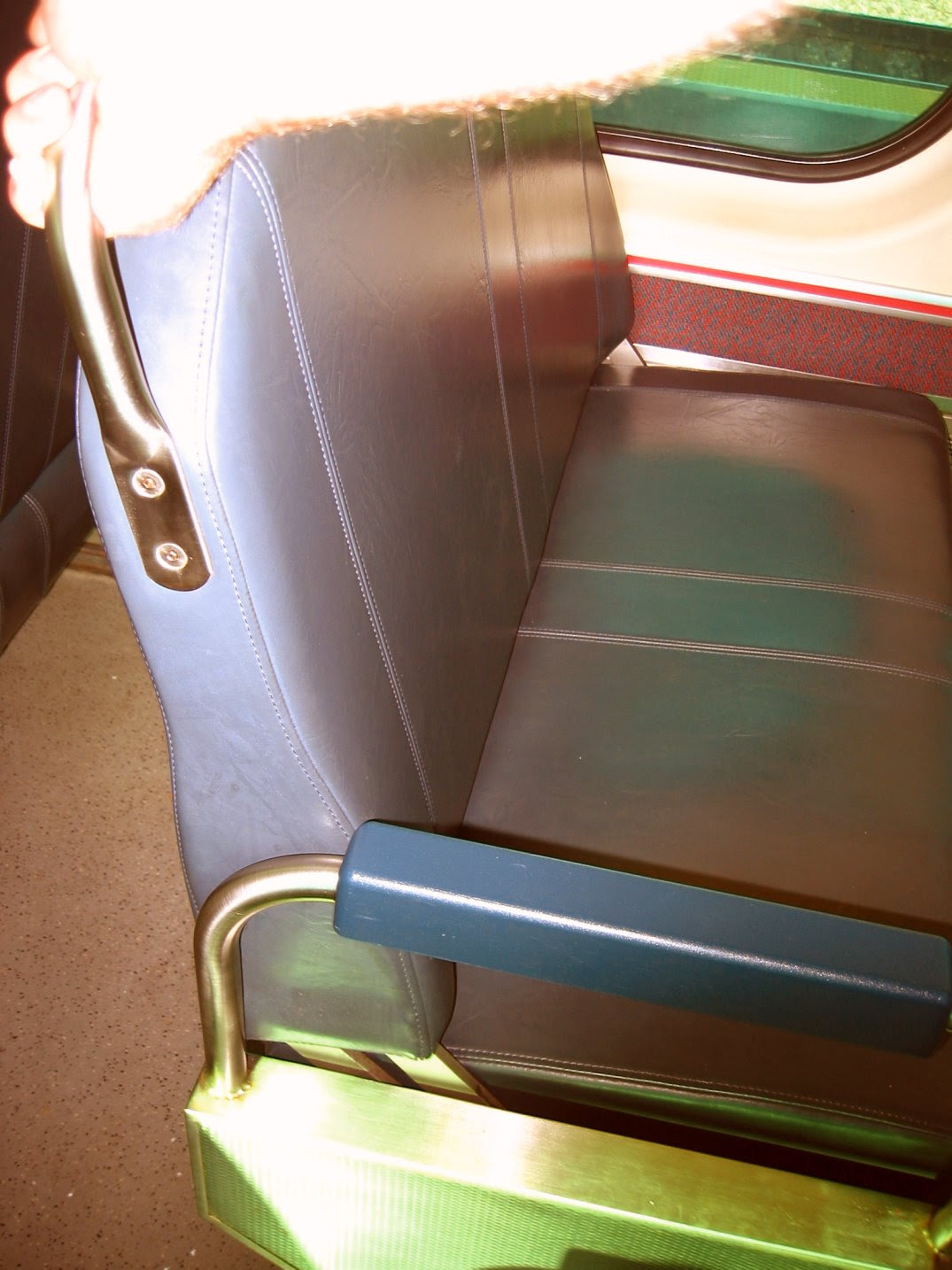 Revirsible chair on the Metra train from Kenosha to Chicago - soul-amp.com