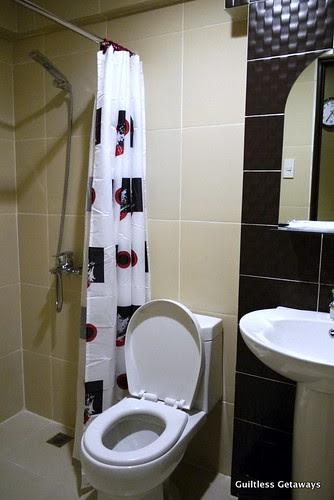 isuites-sakura-room-bath.jpg