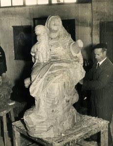 Esculpiendo la Virgen de la Cinta de Tenerife.
