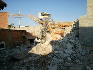 Casa foi atingida pela estrutura (Foto: Wanderson Borges/TV Vanguarda)