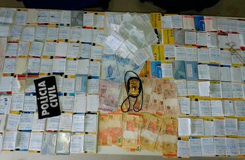 Na residência do casal, foram encontrados mais de 200 cartões, com as respectivas senhas