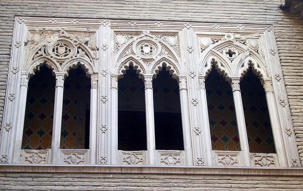 http://upload.wikimedia.org/wikipedia/commons/thumb/6/69/Galer%C3%ADa_del_Arco_del_De%C3%A1n_de_Zaragoza.jpg/1024px-Galer%C3%ADa_del_Arco_del_De%C3%A1n_de_Zaragoza.jpg