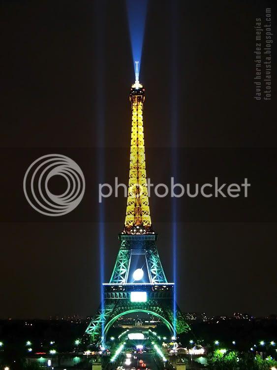La Torre Eiffel fotografíada iluminada en una noche cerrada y lluviosa. París (Francia)