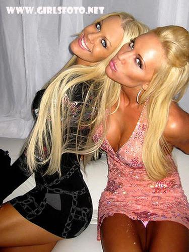 Блондинки в мини юбках