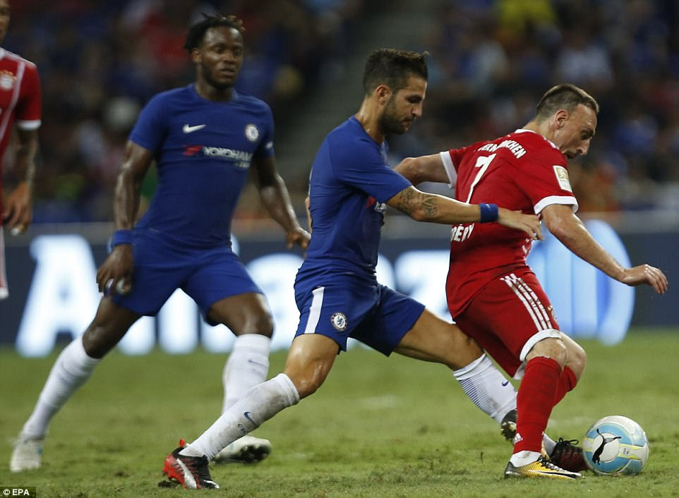 Chelsea playmaker Fabregas puts Bayern Munich winger Ribery under pressure as the Frenchman uses his strength