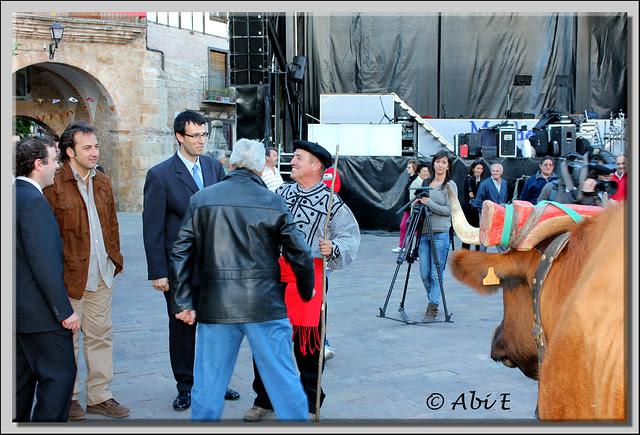 7 El Presidente de la A. de la Cabaña Real de Carreteros es saludado por el Alcalde de Poza, Iker Jimenez y el Presidente de Amigos de las Salinas