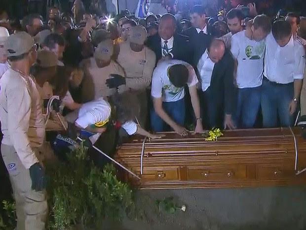 Família se despede, momentos antes do caixão de Eduardo Campos descer à cova (Foto: Reprodução / TV Globo)