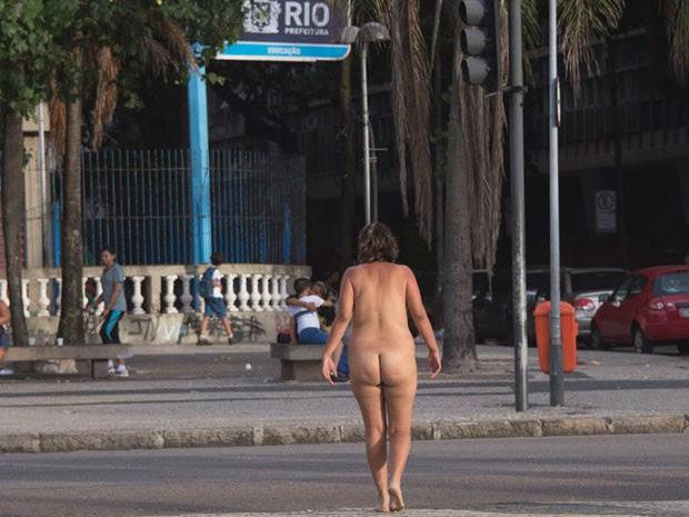 A mulher sem roupa passou por Copacabana sem ser incomodada (Foto: Christophe Simon/AFP)