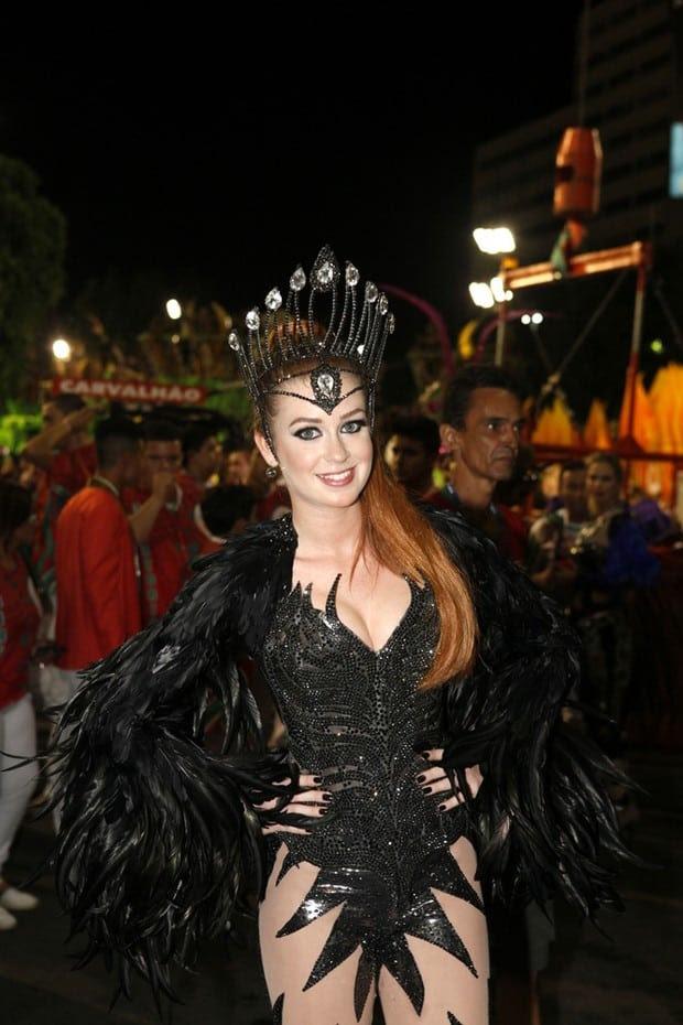 Marina Ruy Barbosa: Pele clara em contraste com roupa escura