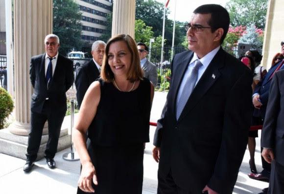 Josefina Vidal, Directora General de Estados Unidos del MINREX, y José Ramón Cabañas, Encargado de Negocios de la Embajada de Cuba en Washington. Foto:  Bil Hackwell.
