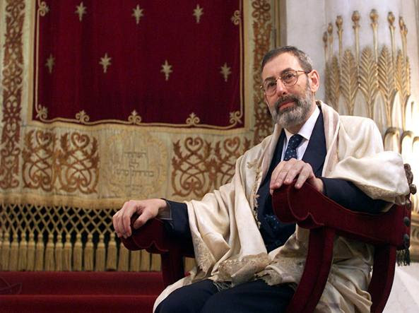Riccardo Di Segni, oggi 68 anni, al Tempio Maggiore di Roma nel 2001 (Ansa)