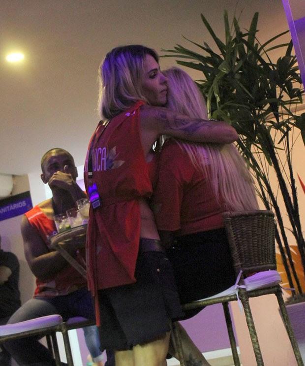 Monique Evans beija muito a namorada (Foto: DANIEL DELMIRO / AGNEWS)
