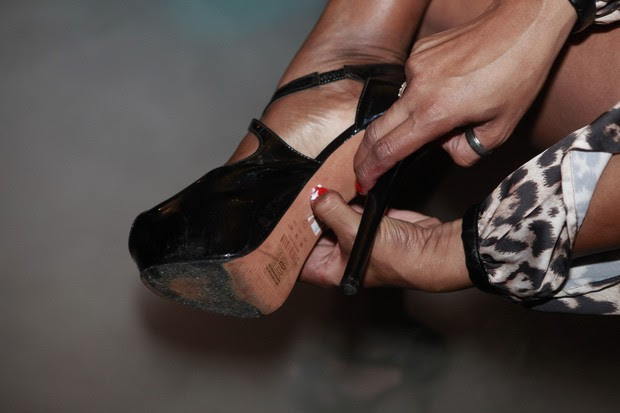 Detalhe da etiqueta no sapato de Adriana Bombom (Foto: Isac Luz/EGO)