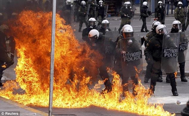 Κόλαση: Μια βόμβα εξερράγη κοντά σε βενζίνη αστυνομία ως ταραξίες διέρρεαν την οργή τους για τις προγραμματισμένες μεταρρυθμίσεις της κυβέρνησης συνασπισμού σε αντάλλαγμα για ένα σχέδιο διάσωσης της ΕΕ 130billion