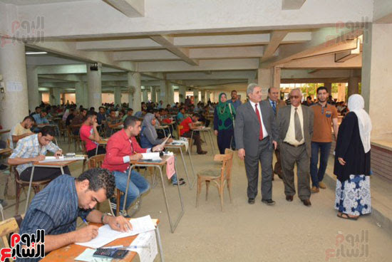 نائب رئيس جامعة أسيوط يتفقد لجان امتحانات الفصل الدراسى الثانى (3)