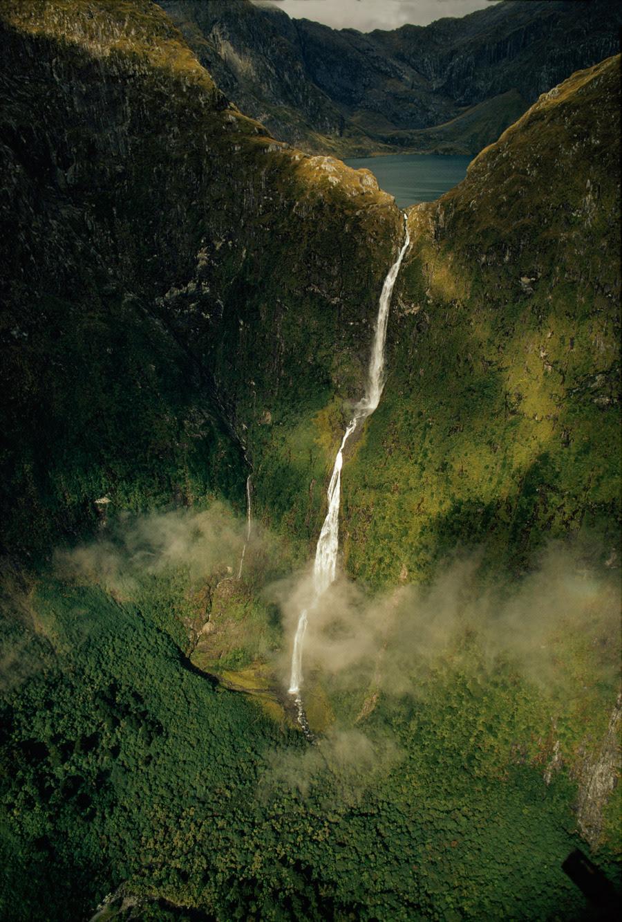 Sutherland Falls truena por una caída de 1.904 metros desde el Lago Quill en Nueva Zelanda, enero 1972.Photograph por James L. Amos, National Geographic