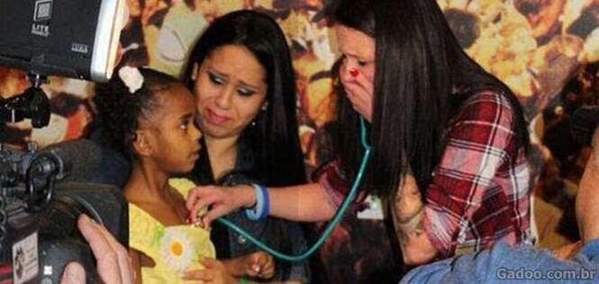 Mãe se emociona ao escutar batidas do coração de seu filho falecido no peito de outra criança