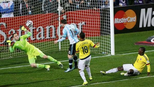 El cabezazo de Messi va a encontrarse con los guantes de Ospina. (Reuters)