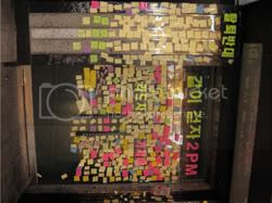 2PM fans show support for Jay by leaving post it's [images courtesy of | www.teatr.tistory.com/entry/2PM-리더-재범-탈퇴한-밤-JYP-사무실-앞-풍경]