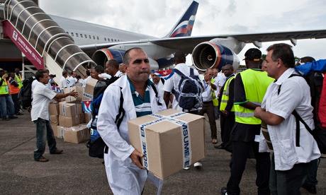 Doctores y trabajadores de la salud cubanos arribaron al aeropuerto de Freetown para ayudar a la batalla contra  el ébola en Sierra Leona. Foto: Florian Plaucheur/AFP/Getty Images