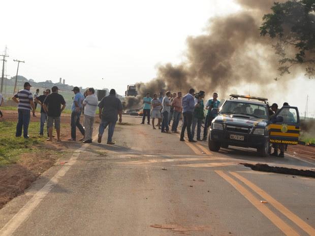 O protesto dos trabalhadores do linhão na BR 364 foi acompanhado pela PRF.  (Foto: Rogério Aderbal)