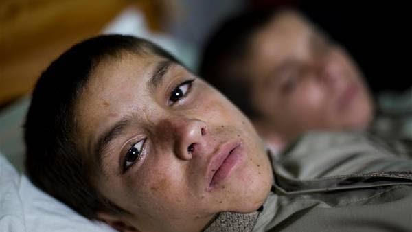 Abdul Rasheed y Shoaib Ahmed permanecen exhaustos en el hospital de Islamabad, Pakistan. AP.