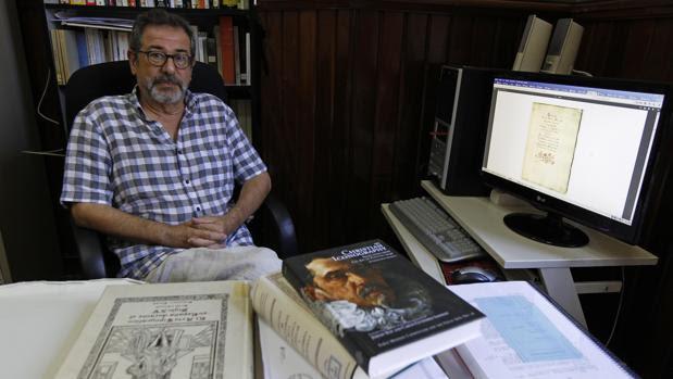 El profesor José Solís muestra el manuscrito descubierto