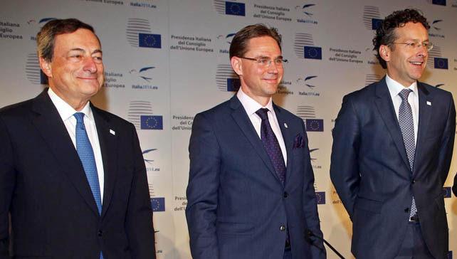 El presidente del BCE, Mario Draghi, el nuevo comisario de Asuntos Económicos y Monetarios, Jyrki Katainen, y el presidente del Eurogrupo, Jeroen Dijsselbloem, tras la reunión informal del Eurogrupo en Milán el pasado viernes.