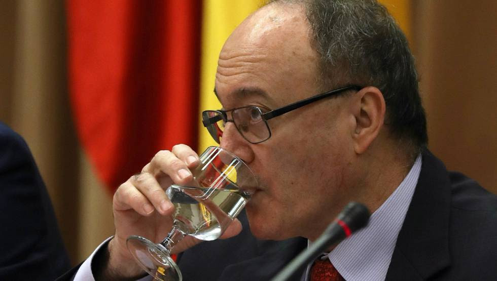 El gobernador del Banco de España, Luis María Linde, durante su comparecencia ante en la Comisión de Economía del Congreso para presentar el informe Anual del Banco de España.