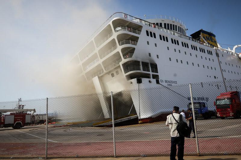 Το πλοίο έχει πάρει κλίση λόγω του νερού που έχουν ρίξει οι πυροσβέστες