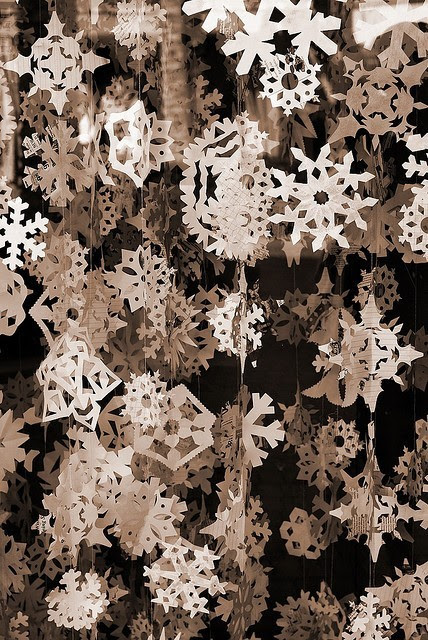 caughtupinsomebusyday:  paper snowflakes